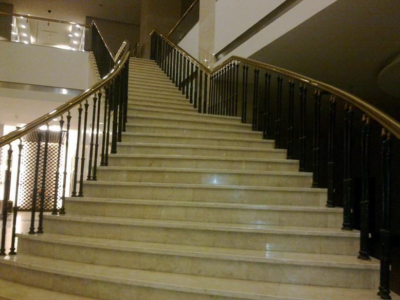 Đá vàng làm cầu thang