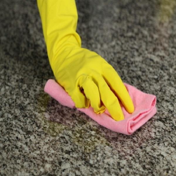 lau dọn vệ sinh bề mặt đá cầu thang thường xuyên