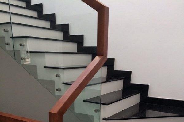 Cầu thang sử dụng vật liệu ốp lát nào?